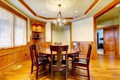 用餐有木造型和楼层的豪华空间。 图库摄影