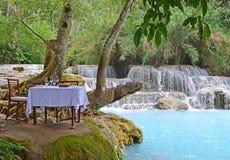 用餐本质上的豪华在它的与土耳其玉色瀑布的最好特殊场合的 免版税库存照片