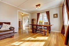 用餐楼层硬木空间的棕色窗帘 免版税库存照片