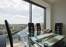 用餐楼层空间的最高限额对视窗 库存图片