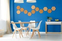 用餐空间设计的蓝色家庭 免版税库存照片