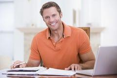 用餐膝上型计算机男盥洗室微笑 免版税库存图片