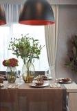 用餐集合与垂悬的灯在豪华餐厅 图库摄影