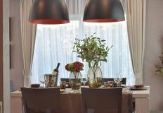 用餐集合的现代经典之作在豪华餐厅 库存照片