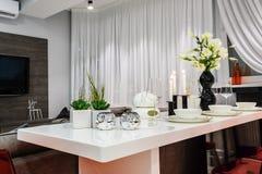 用餐集合的现代白色在豪华餐厅 免版税图库摄影