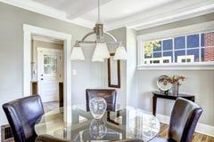 用餐集 与皮椅的玻璃桅顶下桅盘桌 免版税库存照片