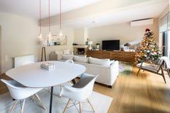 用餐-有埃菲尔胳膊椅子和木内阁的客厅 免版税库存图片