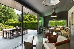 用餐玻璃空间圆桌的接近的刀叉餐具 土气的家具 免版税图库摄影