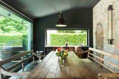 用餐玻璃空间圆桌的接近的刀叉餐具 土气的家具 免版税库存图片