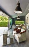 用餐玻璃空间圆桌的接近的刀叉餐具 土气的家具 库存图片
