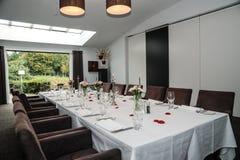用餐玻璃空间圆桌的接近的刀叉餐具 免版税图库摄影