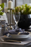 用餐玻璃空间圆桌的接近的刀叉餐具 库存照片