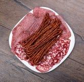 用香肠的不同的类型的板材 顶视图 免版税库存图片