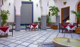 用马赛克和雕刻装饰的庭院在摩洛哥riad 免版税库存图片