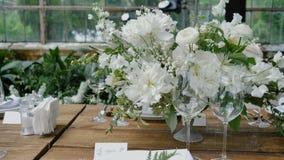 用鲜花、蜡烛和婚礼装饰或家庭派对装饰木桌 股票视频