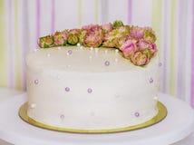 用鲜花玫瑰装饰的低热值手工制造蛋糕 免版税库存照片