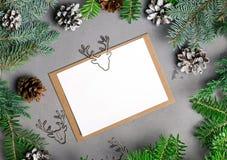 用鹿装饰的空白的圣诞卡模板塑造了夹子 免版税库存图片
