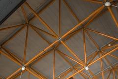 用黄色钢大梁做的工业天花板 免版税库存图片