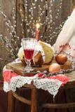 用结冰和红葡萄酒装饰的复活节蛋糕在玻璃 库存图片