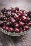 用水冷的滴盖的一个明亮的成熟甜樱桃在一个透明碗在 库存照片