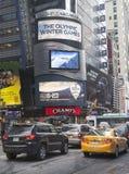 用索契2014年XXII冬奥运会商标装饰的康卡斯特Nbc Universal广告牌在时代广场附近在曼哈顿中城 免版税库存图片
