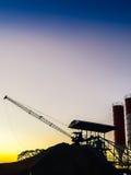 用水泥涂剪影的具体混合的生产工厂与平均观测距离 免版税库存图片