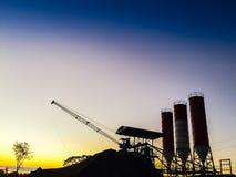 用水泥涂剪影的具体混合的生产工厂与平均观测距离 库存照片