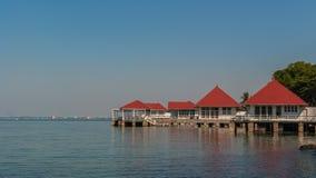 用水泥涂在海的房子有蓝天的 免版税库存图片
