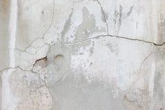 用水泥涂有镇压、铁锈和宽松片断肮脏的纹理的墙壁 库存照片