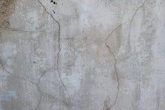 用水泥涂有镇压、铁锈和宽松片断肮脏的纹理的墙壁 库存图片