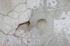 用水泥涂有镇压、铁锈和宽松片断肮脏的纹理的墙壁 免版税库存照片