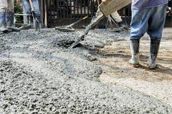用水泥涂路的建筑工人 免版税图库摄影