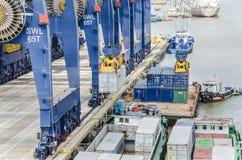 用货物被装载的船 免版税库存照片