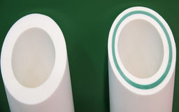 用玻璃纤维塑料管道管武装的白色 库存照片