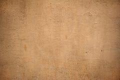 用黄色灰泥报道的老墙壁纹理 免版税库存图片
