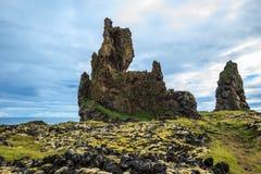 用绿色青苔盖的岩石 库存照片