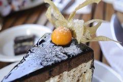 用黄色tomatoe关闭装饰的蛋糕和平 库存图片