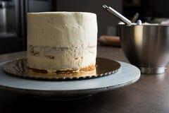 用结霜充满黄油奶油和装饰的松糕 库存照片