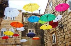 用colorfull伞装饰的街道 免版税库存图片