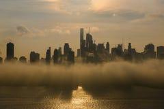 用dence雾报道的日出的纽约中间地区 免版税库存照片
