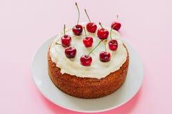 用fr与乳脂干酪结霜的自创重糖重油蛋糕装饰的 免版税库存图片