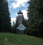 用Kozubova小山的教堂观看塔在Moravskoslezske Beskydy山 库存图片