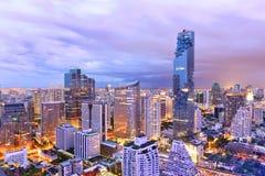 用Mahanakorn大厦观看商业现代大厦和公寓在城市街市 图库摄影