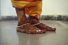 用Mehendi或无刺指甲花装饰的一个传统印地安新娘的脚 库存照片
