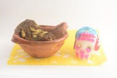 用piloncillo和cinammon做的墨西哥传统南瓜甜点在泥罐,叫作calabaza与糖头骨的en tacha 库存图片