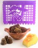 用piloncillo和cinammon做的墨西哥传统南瓜甜点在泥罐,叫作calabaza与装饰的en tacha 免版税库存照片