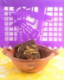 用piloncillo和cinammon做的墨西哥传统南瓜甜点在泥罐,叫作calabaza与装饰的en tacha 库存照片