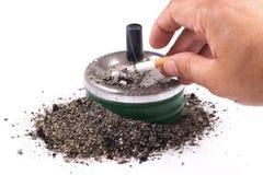 甩在烟灰缸的棕榈烟灰 图库摄影