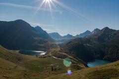 田园诗全景在val piora 围拢由山脉在一好日子 r 免版税库存图片