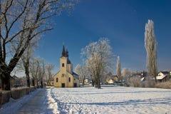 田园诗冬天-雪的教会 库存照片
